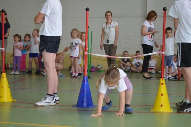 """""""Żyj zdrowo na sportowo"""" w RaciążuDzieciaki uwijały się bo wszystkie konkurencje były na czas."""