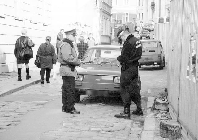 Strażnik miejski i policjant zarabiają podobnie. Początkujący strażnik otrzymuje około 1100 zł brutto. Policjant przed przeszkoleniem - około 1000 zł. Funkcjonariusze z doświadczeniem i po przeszkoleniach specjalistycznych zarabiają około 1500  złotych (w policji) i 1600 zł (w straży miejskiej). Strażnik miejski ma o wiele mniejsze uprawnienia od policji. Może karać za wykroczenia, nie za przestępstwa. Od ścigania przestępstw jest policja.Strażnicy (w przeciwieństwie do policji) nie mogą też zatrzymywać pojazdów będących w ruchu, chyba że pojazd ten porusza się po terenie, gdzie obowiązuje zakaz poruszania się.