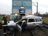 Poddębice: Tragiczny wypadek na przejeździe kolejowym. Nie żyje kierowca opla ZDJĘCIA