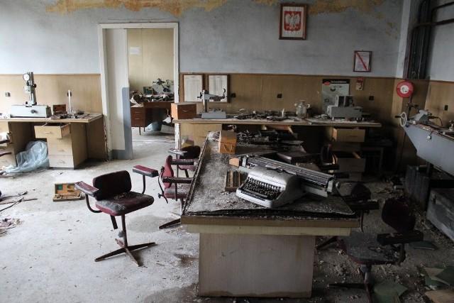 Zakłady Naprawy Taboru Kolejowego w Poznaniu to 140 lat historii. Niestety, jej zakończenie jest niezwykle smutne. Jeszcze w 2009 roku ZNTK zatrudniały 400 osób, rok później pracownicy nieotrzymujący wynagrodzenia rozpoczęli nie pierwszy już strajk. Dzisiaj terenami tymi zarządza m.in. syndyk. W 2015 roku byliśmy z aparatem w środku. To, co tam zobaczyliśmy, przyprawiło nas o ból głowy - wnętrza dawnych zakładów wyglądały tak, jakby pracownicy porzucili swoje stanowiska pracy i opuścili je w pośpiechu. Wszystko pokrywała tylko gruba warstwa kurzu i sypiącego się z zawilgoconych ścian tynku...
