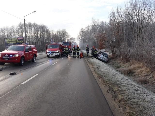 Śmiertelny wypadek koło Zduńskiej Woli. Zderzenie we wsi Suchoczasy miało miejsce 6 grudnia wczesnym rankiem. W wypadku uczestniczyły auta osobowe i ciężarowe.