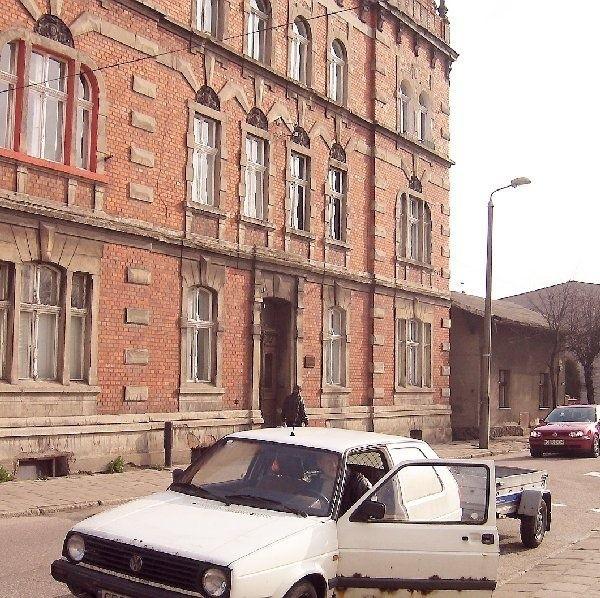 W tym domu w Brodnicy - ul. Przykop 3 - kilka  dni spędził jako więzień NKWD, Aleksander  Sołżenicyn, wielki rosyjski humanista, dysydent  wyrzucony z ojczyzny, pisarz, laureat Nagrody  Nobla. Tutaj powinna znaleźć się tablica jego  pamięci