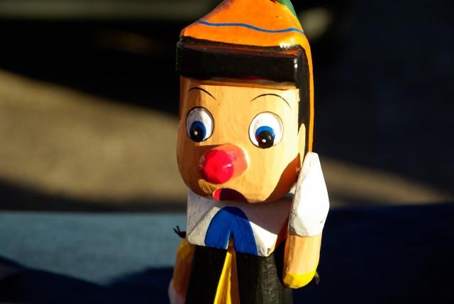 Aż 99% Polaków przebadanych przez LiveCareer przyznaje, że zna kogoś, kto skłamał w CV. Osoby poszukujące pracy żyją w przeświadczeniu, że warto czasem nagiąć fakty, aby dostać pracę. Zwłaszcza że ¾ nieuczciwych kandydatów (27%) nie zostało przyłapanych na gorącym uczynku.  Oto największe kłamstwa w CV.