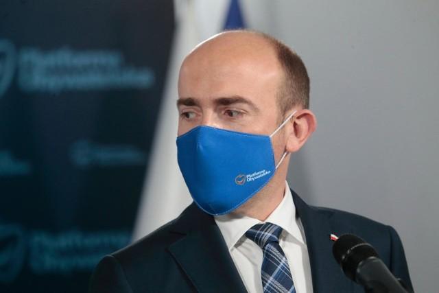 """Zdaniem Borysa Budki zarządzanie pandemią jest """"pokazem wielkiej nieudolności""""."""