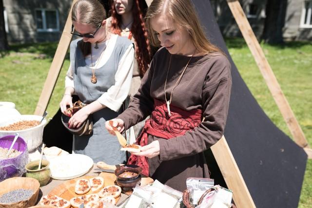Goście festiwalu mieli nawet szansę na kulinarny powrót do przeszłości.