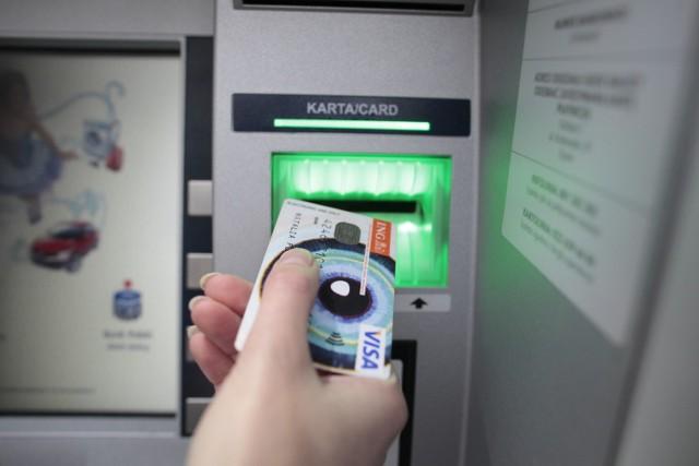 Przed skorzystaniem z bankomatu należy dobrze przyjrzeć się, czy nie ma na nim zamontowanych podejrzanych elementów. Wbijając PIN, zasłaniajmy klawiaturę!