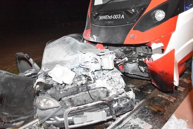 W niedzielę, 6 grudnia, około godziny 21 na niestrzeżonym przejeździe kolejowym w miejscowości Kotowo pod Grodziskiem Wielkopolskim samochód osobowy zderzył się z szynobusem relacji Poznań - Wolsztyn. Dwie osoby zostały ranne. Przejdź do kolejnego zdjęcia --->