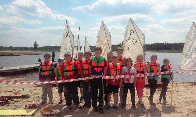 Uczestnicy szkolenia żeglarskiego dla dzieci i młodzieży na zalewie Podwolina.