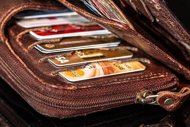 22-latek, który przywłaszczył sobie portfel i używał cudzych kart płatniczych wpadł w poważne tarapaty.