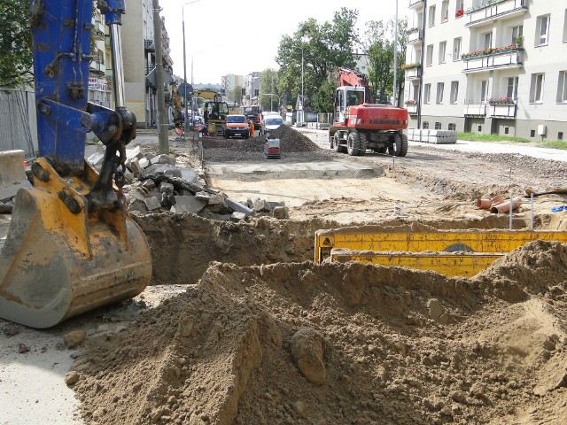 Postępują prace przy wymianie rur kanalizacyjnych i wodociągowych na ulicy 25 Czerwca. Teraz ekipy budowlane przeniosły się w górę ulicy, pracują przy skrzyżowaniu z ulicą Zacisze. To oznacza problem z wjazdem i wyjazdem w Zacisze.Jest wymieniana cała podziemna infrastruktura, są zakładane nowe rury wodociągowe, kanalizacyjne. Wykopy trwają przy skrzyżowaniu z ulicą Zacisze. Od czwartku jest tu poważny problem z dojazdem.- Trzeba przejeżdżać fragmentem chodnika – informują budowlańcy. Problem z dojazdem mają także pacjenci przychodni formalnie znajdującej się przy ulicy Beliny – Prażmowskiego. Wielu pacjentów wjeżdża od strony ulicy Zacisze, to boczna ulica 25 Czerwca. Właśnie w tę ulicę można dojechać tylko od strony rozkopanej ulicy 25 Czerwca. Trzeba wiedzieć, że są tu ustawione znaki zakazu wjazdu i poza nielicznymi wyjątkami dla mieszkańców, nie wolno wjeżdżać na teren budowy. Zobacz kolejne zdjęcia >>>