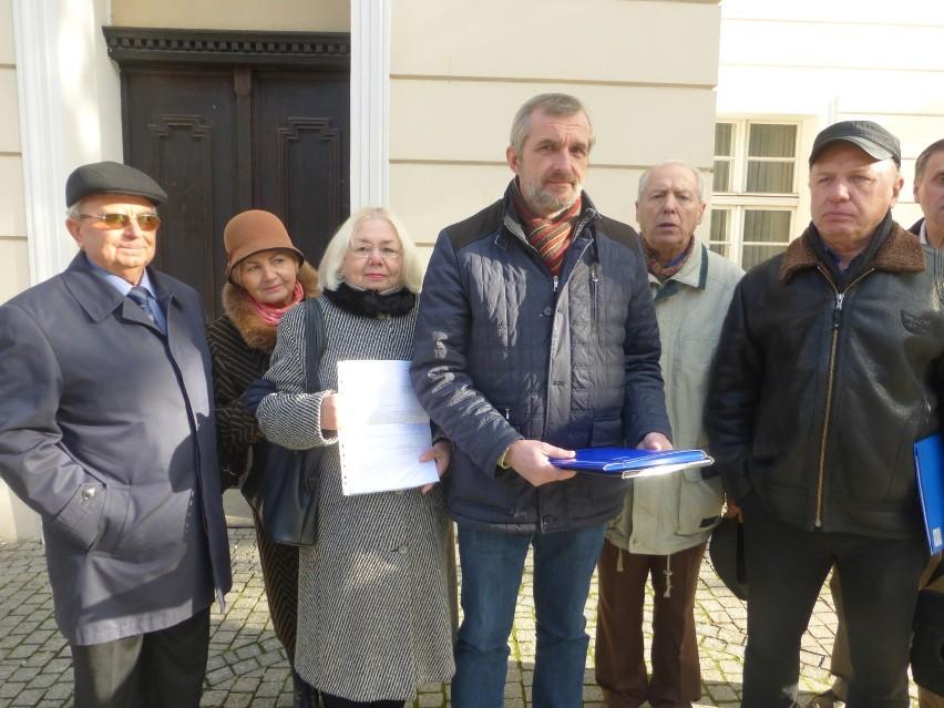 Członkowie rady osiedla ,,Piastowskie'', przed budynkiem ratusza, z apelem do prezydenta Janusza Kubickiego.