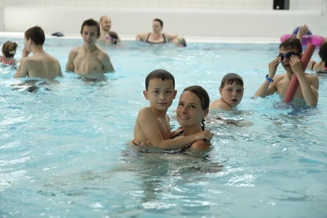 Pływalnia przy ul. Bażyńskich to nowoczesny trzykondygnacyjny obiekt sportowo-rekreacyjny. Znajduje się w nim główny basen o wymiarach 25 m x 15,4 m, o głębokości 1,35-3,6 m oraz baseny w części rekreacyjnej. Pierwszy o wymiarach 12 x 6 m z ruchomym dnem, przeznaczony jest do nauki pływania, aqua aerobiku, aquabike'u i nurkowania. W drugim, rekreacyjnym o nieregularnym kształcie znajdują się takie atrakcje, jak: bicze wodne, rwąca rzeka, gejzery i ławki z hydromasażem. Jest także brodzik dla najmłodszych. Szczególnymi atrakcjami są dwie zjeżdżalnie: 62- i 90-metrową, obie o różnicy poziomów 9,6 m, a także basen zewnętrzny o lustrze wody 16 m kw. Pływalnia czynna jest w godz. 7:00-22:00.