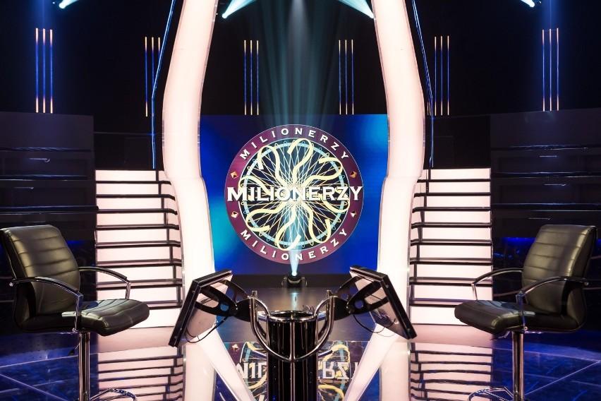 """Teleturniej TVN """"Milionerzy"""" emitowany jest od poniedziałku do czwartku o godzinie 20.55. By zdobyć milion, gracz musi udzielić 12 poprawnych odpowiedzi."""