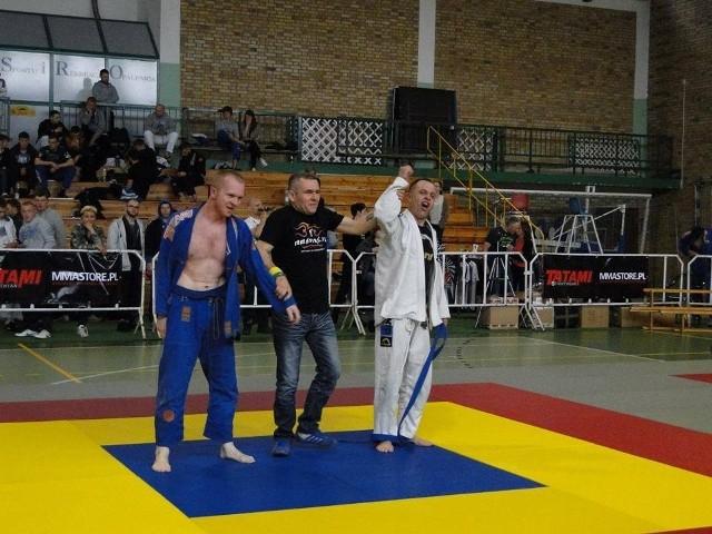 Krzysztof Adamczak (z prawej) zdobył srebrny medal wśród mastersów w kategorii 76 kg