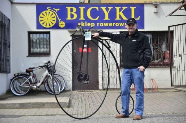 Zdzisław Obiegała przy swoim bicyklu