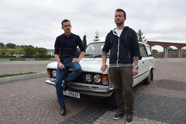 Czwórka przyjaciół w czwartek rusza Fiatem 125p. na eskapadę po Europie. Ich celem jest Morze Czarne.