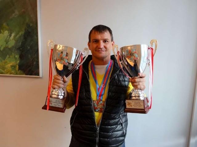 Radosław Laskowski z dwoma pucharami zdobytymi podczas mistrzostw świata w tureckiej Antalyi