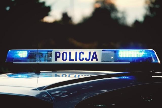 """Policja interweniowała nad jeziorem Strzeszyńskim. Na profilu facebookowym """"Spotted: MPK Poznań"""" opublikowane zostało zdjęcie z interwencji policji. Według świadków zajścia mężczyzna miał obrażać grupę z Ukrainy, a także kopnąć jedną osobę w głowę."""