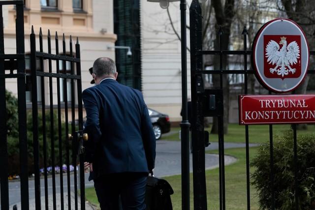 """Kluby Gazety Polskiej demonstrują w obronie Trybunału Konstytucyjnego. """"Konstytucja RP ważniejsza niż prawo UE"""" - mówią zebrani"""