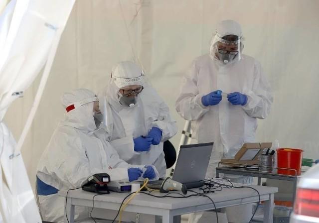 Ognisko koronawirusa w województwie łódzkim. W tym zakładzie choruje 50 pracowników, a przeszło 80 jest na kwarantannie!CZYTAJ DALEJ NA NASTĘPNYM SLAJDZIE