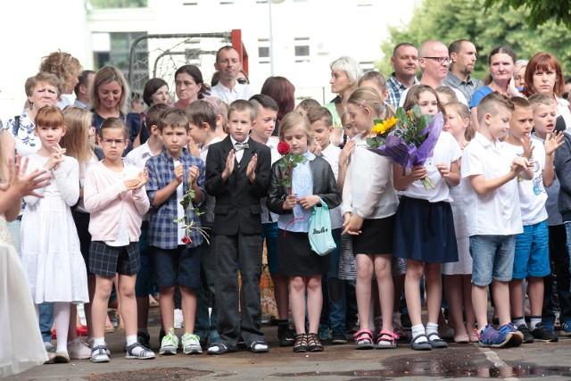 Tak było na zakończeniu roku szkolnego 2016/2017 w Szkole Podstawowej im. Polskich Olimpijczyków w Opolu. Uczniowie powoli szykują się już do powrotu do klas.