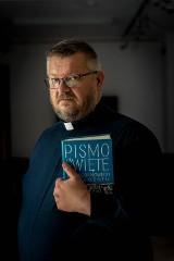 Ksiądz Zbigniew Gwiazdowski: Gdyby Jezus objawił się fizycznie na marszu równości, to stałby przy katedrze i w ciszy odmawiał różaniec