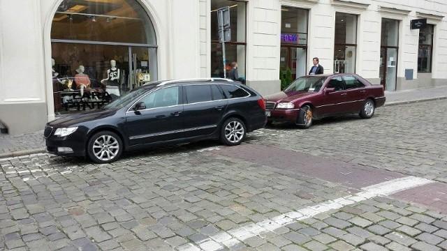 Kierowca zablokował kopertę dla niepełnosprawnych, a blokadę założono na koło pojazdu inwalidy