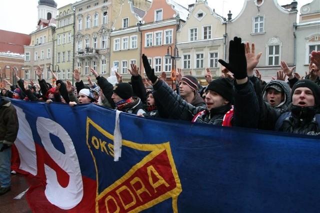 Przed opolskim ratuszem w poniedzialek manifestowali kibice I-ligowej Odry Opole.