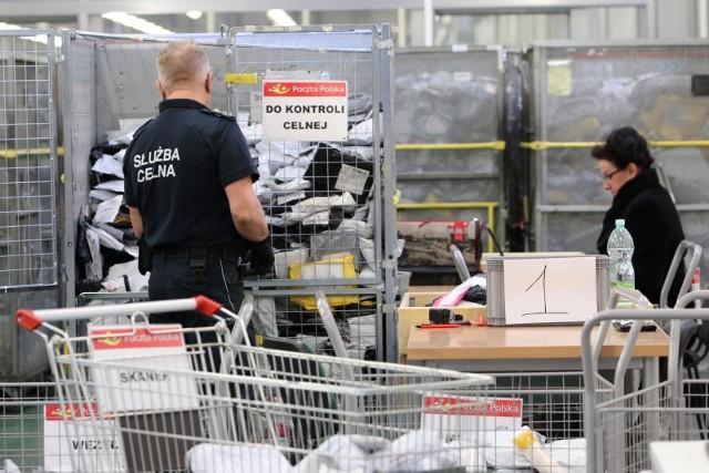By poradzić sobie z lawiną paczek z Chin - 5 mln Polaków kupuje tam towary, głównie przez AliExpress, a liczba zamówień co roku się podwaja - Poczta Polska otworzyła ostatnio nowoczesny oddział celny w swej sortowni w Lublinie. Chodzi o kontrolę przychodzących paczek i walkę z coraz częstszymi oszustwami podatkowymi i celnymi. W tym celu zamontowano m.in. specjalny rentgen.
