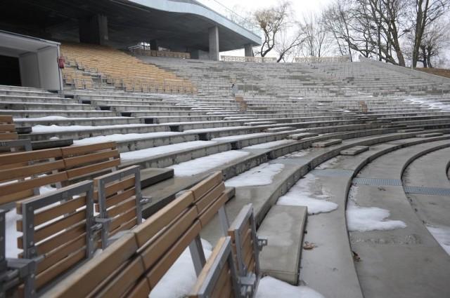 Na widowni brakuje już setek krzesełek, a kolejne czeka demontaż.