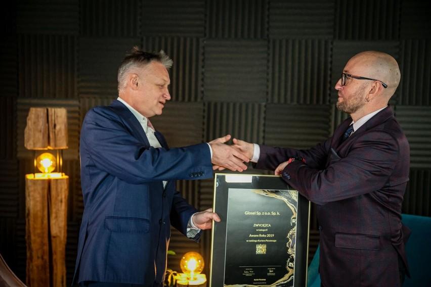 Łukasz Kierus, szef firmy Glosel (z prawej) odbiera od...