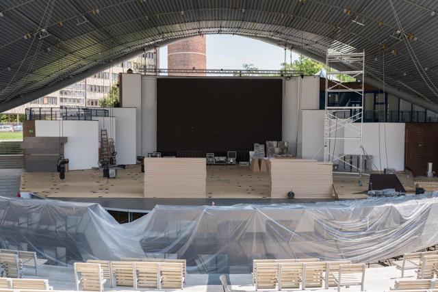 Dziś w amfiteatrze miała ruszyć budowa scenografii na festiwal. Prace wstrzymał prezydent Opola, a po południu wypowiedział TVP umowę na organizację 54. Krajowego Festiwalu Piosenki Polskiej.