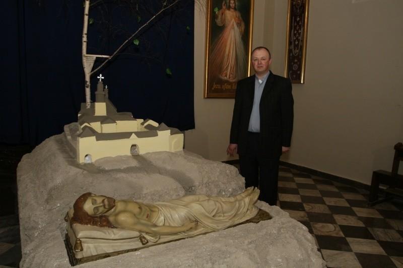 W kościele na Karczówce ze skały, w której znajduje się grób Jezusa, wyrasta drzewo życia
