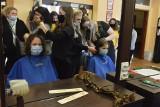 """""""Kobiety- Kobietom"""" w Ostrowcu. Ścinały włosy na peruki dla walczących z nowotworami (ZDJĘCIA)"""