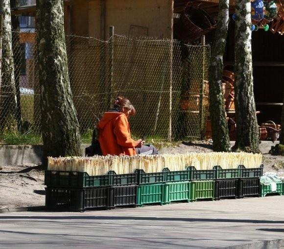 Nielegalne stoiska to często płachty materiałów czy poukładane skrzynki na chodniku. Taki obrazek czeka na turystów przekraczających granicę.