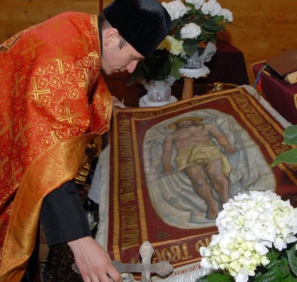 W cerkwiach adoruje się płaszczenicę, czyli całun z wizerunkiem Jezusa.
