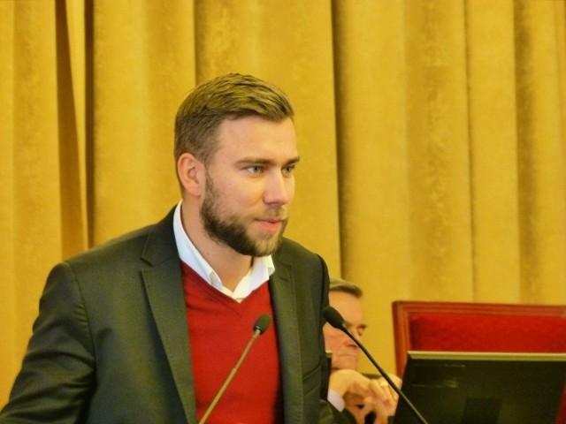 Bartosz Domaszewicz, łódzki radny i szef stowarzyszenia Młodych Demokratów - młodzieżówki PO złożył doniesienie na posła PiS Adama Hofmana.