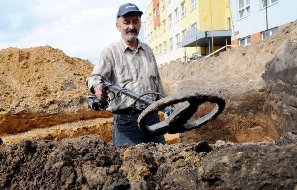Na miejscu pracują archeolodzy. Znajdują resztki osady sprzed wieków.