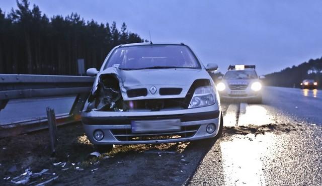 Do kolizji doszło w niedzielę 20 marca na S3 od strony wjazdu z Trasy Północnej w kierunku Nowej Soli. Renault uderzyło w barierki. Policję wezwali świadkowie zdarzenia.Kierująca renault scenic jechała Trasą Północą w kierunku S3. Wjeżdżała na S3. Zrobiła to jednak tak niefortunnie, że na łuku wpadła w poślizg.  Renault przeciął w poprzek trasę S3 i uderzył w barierki. Na szczęście nikt wtedy nie jechał drogą. Gdyby renault wpadł pod samochód jadący w kierunku Nowej Soli doszłoby do tragedii.Na miejsce przyjechała zaalarmowana przez świadków zdarzenia zielonogórska policja. Kierującej renault na nowosolskich numerach nic się nie stało. Kobieta została ukarana mandatem. Na jej konto trafiły również punkty karne.Renault z S3 zabrała pomoc drogowa. Na czas wciągania samochodu na lawetę na S3 wstrzymano ruch.