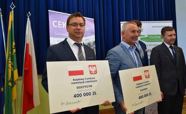 Symboliczne czeki z dofinansowaniem RFIL na tereny popegeerowskie dla samorządów z powiatu tucholskiego przywiózł minister Łukasz Schreiber