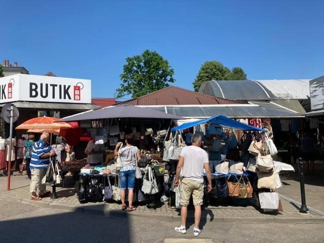 Oferta odzieżowa na targu w Wadowicach