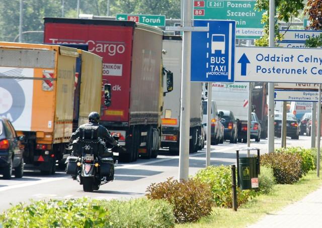 W niektórych miastach (np. Bydgoszczy) motocykliści mogą jeździć po buspasach