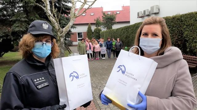 Moment przekazania paczek. Od lewej: kpt. Magdalena Okonek i Izabela Ciesielska, dyrektor Domu Pomocy Społecznej w Koronowie
