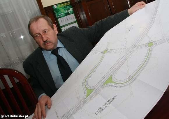 - Za trzy lata węzeł połączy obwodnicę z miejskim odcinkiem drogi wojewódzkiej nr 137 - zapowiada Tadeusz Jankowski, sekretarz Urzędu Miejskiego (fot, Dariusz Brożek)