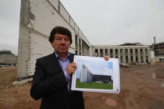 Jan Wilczyński, prezes Miejskiego Przedsiębiorstwa Energetyki Cieplnej w KielcachJan Wilczyński, prezes Miejskiego Przedsiębiorstwa Energetyki Cieplnej w Kielcach pokazuje, jak będzie wyglądał nowy budynek.