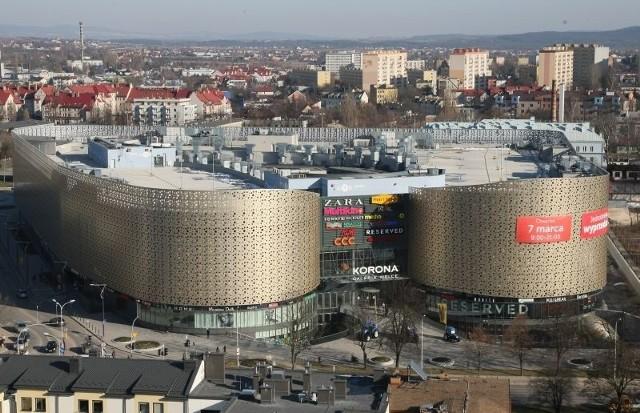 GALERIA KORONA, KIELCEUsytuowana jest przy ulicy Warszawskiej. Wartość inwestycji wyniosła 100 milionów euro, 36 tysięcy metrów powierzchni handlowej. Ma trzy kondygnacje handlowe i trzy parkingowe. Najwyższej jakości materiały wykończeniowe oraz rozwiązania architektoniczne na zewnątrz i wewnątrz obiektu tworzą dostosowane do śródmiejskiego charakteru życia centrum społeczno-kulturalne. Inwestor - Church Land Development. Projektant - Bose International Planning & Architecture. Wykonawca - SPS Construction.  Wyślij SMS o treści ECHO.A.1 pod numer 72466