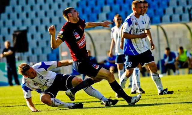 Roda Kerkrade nie przedłużyła umowy z Mikołajem Lebedyńskim (bordowa koszulka) i ten jest teraz wolnym zawodnikiem. Czy znów założy koszulkę z gryfem na piersi?