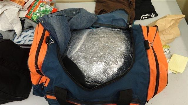 Narkotyki były ukryte w bagażu kuriera, który najwidoczniej liczył, że bez problemy przejedzie przez granicę.