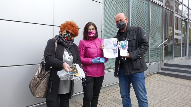 Dorota Chałat i Teresa Labisch przekazały na ręce redaktora Marcina Stefanowskiego maseczki dla dziennikarzy Głosu Koszalińskiego.