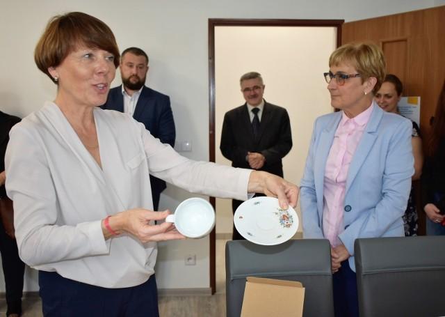 W maju PCPR w Prudniku uruchomiło pierwsze w powiecie mieszkania chronione dla wychowanków domów dziecka. Program mieszkań wspomaganych ma objąć też osoby niepełnosprawne. Na zdjęciu otwarcie mieszkań chronionych i kierownik PCPR Jolanta Barska.